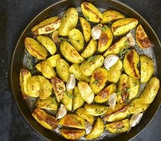 Potatoes are kids' all time favorite vegetable! Here are simple potato recipes for kids which inevitably make them drool. And some fun facts about potatoes. Potato Recipe For Kids, Healthy Potato Recipes, Roasted Potato Recipes, Oven Roasted Potatoes, Kung Pao Chicken, Paella, Kids Meals, Zucchini, Vegetables