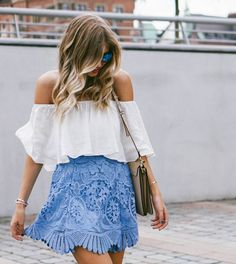 hellblauer blumen rock summer outfit with white off the shoulder top and blue patterned skirt