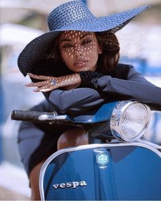 Motorcycle girl photography heels 68 Ideas for 2019 Scooter Girl, Vespa Scooter, Vespa Girl, Vogue Paris, Beauty Fotos, Cafe Racer Build, Outfits Damen, Coco Mademoiselle, Biker Girl