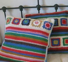 Letras e Artes da Lalá: almofada de crochê Granny Square Häkelanleitung, Granny Square Crochet Pattern, Crochet Squares, Crochet Granny, Crochet Motif, Knit Crochet, Crochet Patterns, Crochet Pillow Cases, Crochet Cushion Cover