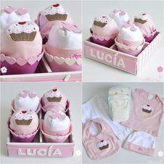 La caja de cupcakes de pañales es el regalo de nacimiento más dulce :-) que se le puede hacer al bebé. Una tarta de pañales original que encantará a los papás. ¡Descubre esta figura de pañales y muchas más en nuestra tienda online! #cupcake #cupcakedepañales #diapercake #regalosoriginales #canastilla #tartasdepañales #babyshower #regalobebe #tartadepañales #figuradepañales #regalonacimiento