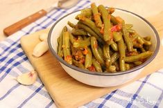 Fasole verde cu usturoi si rosii - Fasolakia greceasca Green Beans, Main Dishes, Cooking Recipes, Chicken, Vegetables, Food, Wings, Green, Romanian Recipes