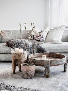 Gemütliche Holzmöbel In Einem Wohnzimmer Voller Atmosphäre