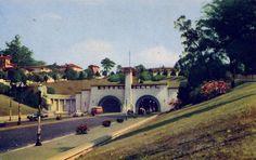 Construído em 1938, o túnel 9 de Julho tinha uma torre bem no meio, projetada para servir de mirante. Ficou assim até 1970, quando a torre foi amputada pelo prefeito Paulo Maluf para a construção do viaduto São Carlos do Pinhal, um minhocãozinho que passa bem ali.