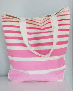 DIY painted tote bags (a great last-minute Mother's Day gift idea). Sweetie we can buy these canvas bags inexpensively and paint! Great gifts for your friends.soo cute for the beach Wholesale Handbags, Cheap Handbags, Handbags Online, Guess Handbags, Homemade Gifts, Diy Gifts, Diy Ombre, Camping Crafts, Diy Painting