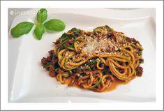 Zucchini-Spaghetti Bolognese mit Mandel-Parmesan - Ines kocht