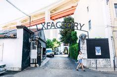 Okay, kommen wir zum Alternativprogramm für den Abend. Kennst du zufällig das RAW-Gelände in Berlin? So ähnlich kannst du dir die LX Factory vorstellen. Ein riesiges Industrieareal gleich neben der Ponte 25 de Abril, das von vorne bis hinten voll von Geschäften, Galerien, Designbüros und bunten Wänden voller Street-Art ist – plus einem Café und einem Restaurant in Shabby-Chic-Manier. In anderen Worten: das Paradies der Hipster von Lissabon.