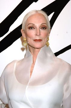 June 2016 Carmen Dell'Orefice, 85 yrs old and Still Modeling! She is Stunning💋 Carmen Dell'orefice, Francesco Scavullo, Mode Simple, Mature Fashion, Older Women Fashion, 50 And Fabulous, Richard Avedon, Advanced Style, Ageless Beauty
