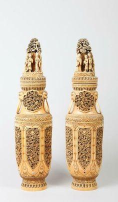 PAIRE DE VASES CHINE, FIN DE LA DYNASTIE QING - DEBUT DE LA REPUBLIQUE En ivoire sculpté à décor de dragons, le sommet représentant des pers...