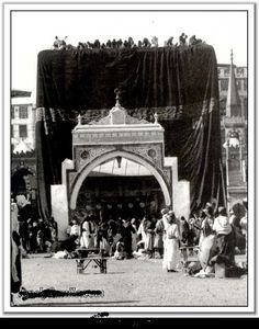Makkah in 1850, you can Zamzam well beside the Kabah.
