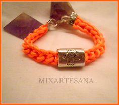 En cola de ratón color naranja fluor, tejido en ganchillo, con entrepieza de metal. Precio: 6 euros.