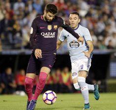 El defensa del Gerard Piqué (i) juega un balón ante Iago Aspas, del Celta, durante el partido.