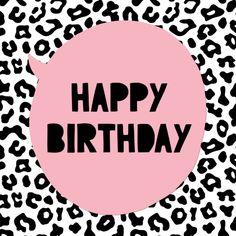 Hippe verjaardagskaart met zwart wit luipaardprint. Versierd met een roze tekstballon met de tekst Happy Birthday.