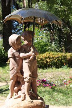 Cadiz. Los niños del paraguas. Detalle  de una de las fuentes del Parque Genovés Andalusia Spain, Cadiz, Garden Art, Places Ive Been, Garden Sculpture, Outdoor Decor, Umbrellas, Fonts, Sevilla