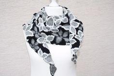 Hier ein Exemplar der Kollektion Tücher und Schals a la Till Eulenspiegel: dieses Mal ein besonders edles und elegantes Exemplar aus Wollstoff genäht - der Stoff ist schwarz und grau mit weißem...