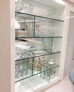 Cristaleira desenhada toda em vidro e espelho