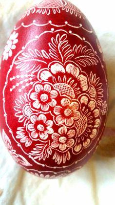 Muster auf ein rotes Gänseei gekratzt Egg Crafts, Diy And Crafts, Halloween Spells, Polish Easter, Easter Egg Designs, Ukrainian Easter Eggs, Faberge Eggs, Egg Art, Egg Decorating