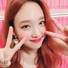 Nayeon Twice kpop K Pop, South Korean Girls, Korean Girl Groups, Knock Knock, Signal Twice, Lee Hi, Rapper, Indie Singers, Yoo In Na