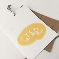 Geboortelabel Jip bestaat uit 2 verschillende labels, 1 label roomwit karton en 1 label kraftkarton. Dit in combinatie met het okergeel zorgt voor een stoer en warm geboortekaartje.