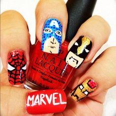 Un conjunto de superhéroes:   26 diseños artísticos de uñas increíblemente detallados