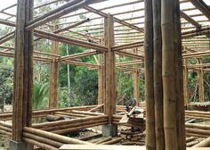 Casa Convento - La vivienda está ubicada en la Parroquia Convento (Chone), un área rural en la costa ecuatoriana, en un entorno natural abrumador donde la presencia de grandes extensiones de bambú, una pequeña quebrada que corre frente al terreno y dos montañas de bosque húmedo que rodean el terreno, se convirtió en el escenario perfecto para ser potencializado a través del proyecto y generar el vínculo que los dueños requerían con el paisaje.