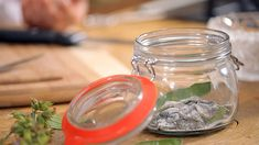 Domácí šalvějové bonbony — Recepty — Herbář — Česká televize Nordic Interior, Healing Herbs, Korn, Pesto, Mason Jars, Remedies, Organic, Homemade, Healthy