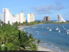 Margarita es una isla de Venezuela situada en el mar Caribe al Noreste de Caracas, la capital del país, a sólo 35 minutos en vuelo, o a un par de horas en ferry desde Puerto La Cruz o Cumaná. Es uno de los destinos turísticos preferidos de Venezuela.