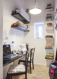 Domowe biuro z regałami i półkami na książki. Zobacz więcej na: https://www.homify.pl/katalogi-inspiracji/29034/jak-urzadzic-biuro-do-pracy-zdalnej-5-przykladow