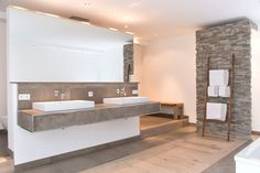 Finde moderne Badezimmer Designs: Wellnessoase in Einfamilienhaus bietet viel Platz zum Entspannen. Entdecke die schönsten Bilder zur Inspiration für die Gestaltung deines Traumhauses.