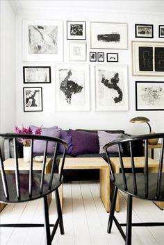 Vardagsrumsväggen täcks av Dorthes konst- och grafiksamling. Soffborden är från Københavns møbelsned...