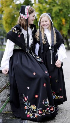 Løland | Nordaker Bunader as Modest Dresses, Modest Outfits, Norwegian Clothing, European Costumes, Norwegian Style, Viking Clothing, Folk Costume, Historical Costume, Ethnic Fashion