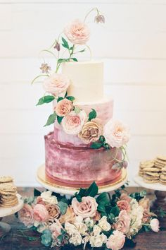 How fabulous is this edible masterpiece? If you love the soft color palette of the cake, just wait until you see the rest of this stunning, modern wedding in Austin, Texas! Photography: @featherandtwine  #weddingcake #weddingcakeinspo #weddingcakeidea #floralweddingcake #flowercake