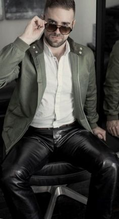 Mens Leather Pants, Tight Leather Pants, Nice Casual Outfits For Men, Leather Fashion, Mens Fashion, Latex Men, Sexy Men, Fashion Accessories, Black Leather