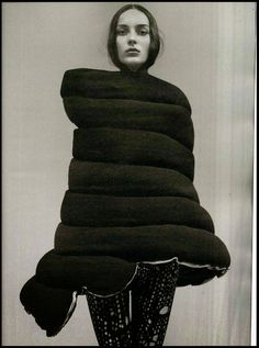 Rei Kawakubo / Comme des Garçons such a genius Quirky Fashion, Dark Fashion, Fashion Art, High Fashion, Fashion Design, Rei Kawakubo, Avantgarde, Craig Mcdean, Evolution Of Fashion