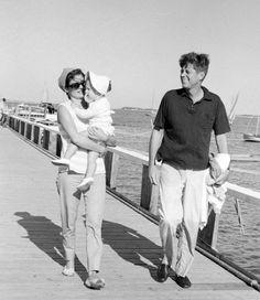 un joli couple la famille Kennedy et leur fille Caroline ;