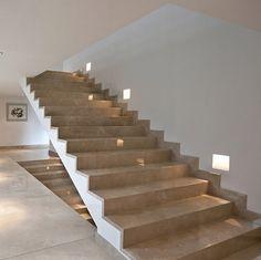 Treppen sind immer schön und kommen nicht aus der Mode. Sie können schwer und massiv, aber auch leicht und filigran sein. Hier haben wir Vorschläge sowohl für diejenigen, die traditionelle und moderne Stiegen aus Naturstein bevorzugen, als auch für diejenigen, die sich für moderne Kunststein Treppen entscheiden.
