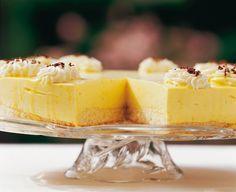 Eierlik�r Rezept: Quark-VERPOORTEN-Torte aus dem K�hlschrank - Backrezepte - VERPOORTEN Zutaten (für ca. 12 Stück) 100 ml VERPOORTEN ORIGINAL Eierlikör 1 Vanilleschote 250 g Magerquark Saft von 1/2 Zitrone 6 Blatt Gelatine 500 g Sahne 2 Eiweiß 100 g Zucker 1 Torten-Biskuitboden