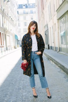 Jeanne Damas in Miu Miu coat, American Apparel shirt, Levi's 501 jeans, Valentino shoes, Loewe bag. Jeanne Damas, Who What Wear, American Apparel, Denim Fashion, Girl Fashion, Paris Fashion, Blazer Fashion, Levis, Parisian Chic Style