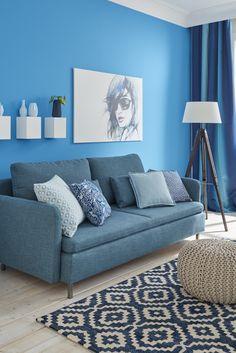 Wunderschöner gemusterter Teppich und gemusterte Kissen auf der blauen Couch.