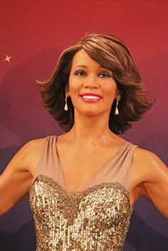 Four wax figures of Whitney Houston were unveiled at Madame Tussauds in New York City on February including this one draped in an elegant gold sequined gown. Famous Celebrities, Celebs, British Royal Family Members, Wax Museum, Madame Tussauds, Whitney Houston, Beautiful Voice, Female Singers, Style Icons