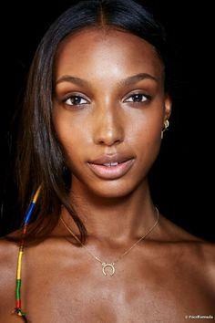 Dica de maquiagem: Vanessa Rozan usa sombra laranja para disfarçar as olheiras! Confira o truque da expert