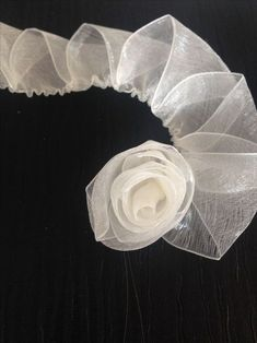 You can easily make this beautiful rose model with a total construction of 60 cm with 2 cm pink chiffon. Diy Ribbon Roses How to diy satin ribbon rose This Pin was discovered by tuğ Ribbon Embroidery Flowers by Hand - Embroidery Patterns silk ribbon for Ribbon Art, Diy Ribbon, Ribbon Crafts, Fabric Ribbon, Flower Crafts, Fabric Roses, Organza Ribbon, Satin Ribbon Roses, Diy Crafts