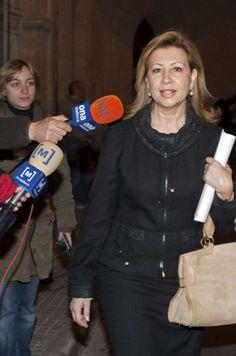 Crisis. La ex todepoderosa líder de UM MARÍA ANTONIA MUNAR, personaje central de la política de Baleares desde los años 80 hasta su caída por los escándalos de corrupción en 2010, se ha estrenado hoy en el banquillo de los acusados. Trámites de subvenciones fraudulentas y falsas (240.000 euros) y contratación ficticia de personal del aparato del partido a cargo de empresas concesionarias de organismos públicos (190.000 euros).