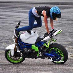 101 Reasons To Ride A Motorcycle Lady Biker, Biker Girl, Cool Motorcycles, Biker Chick, Bike Life, Headgear, Harley Davidson, Women Riders, Lights