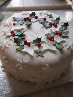 20 + Einfache Weihnachtskuchen Dekoration Ideen Simple Christmas cake decoration ideas Cool white cake with snowflakes. Christmas Cake Designs, Christmas Cake Decorations, Christmas Cupcakes, Holiday Cakes, Christmas Desserts, Christmas Treats, Xmas Cakes, Fondant Christmas Cake, Xmas Food