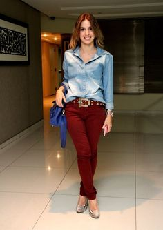 Who would have guessed. a denim shirt and burgundy jeans would rock the look. just an alternative! Fashion Moda, Look Fashion, Urban Fashion, Fashion Outfits, Burgundy Jeans, Red Jeans, Casual Friday Outfit, Casual Outfits, Look Camisa Jeans