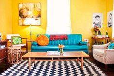 Mucho color para el salón en la casa de las creadoras del blog A Beautiful Mess. ¿Y por que no? Fuente: Telva. Nosotros también tenemos este color si te sirve de inspitación.