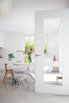 Niets is leuker dan af en toe je interieur veranderen. Vooral met dit heerlijke weer fladderen de voorjaarskriebels in het rond. #interieur #binnendeur #modern #wit #lente #inspiratie #stijl #inrichten #design #trend White Doors, Door Design, New Homes, Home And Garden, Mirror, Interior, Kitchen, House, Inspiration