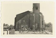 Anonymous | Begraafplaats Duitse militairen, Anonymous, 1940 | Een begraafplaats met Duitse militairen aan de voet van de ruine van een kerk. Achterop staat: Valkenburg, Holland, die kirche mit dem.....Ehrenfriedhof