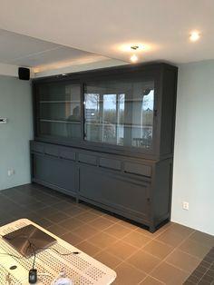 Grote greeploze design buffetkast in het antraciet met grijze binnenkant. Deze moderne buffetkast heeft een strakke vormgeving.